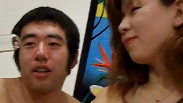 Il rasoio di classe si spoglia e si masturba con un giocattolo, dando film porno di vecchie signore istruzioni per una sega