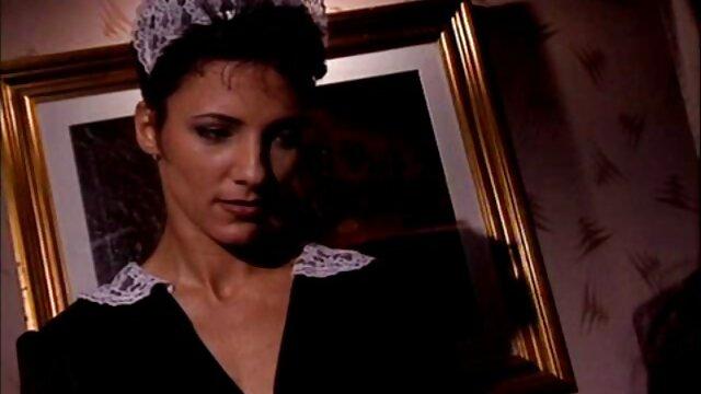 Christina Aguchi costretto schiavo leccare i piedi dopo la sculacciata pornononne
