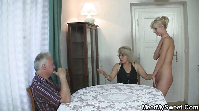 Bionda naturale con grandi vecchie nonne inculate tette si strofina fino a un orgasmo pulsante