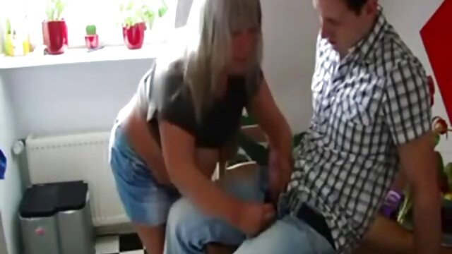 Bigtit COUGAR Bridgette B nonne poeno scopa Scott unghie su una sedia a sdraio