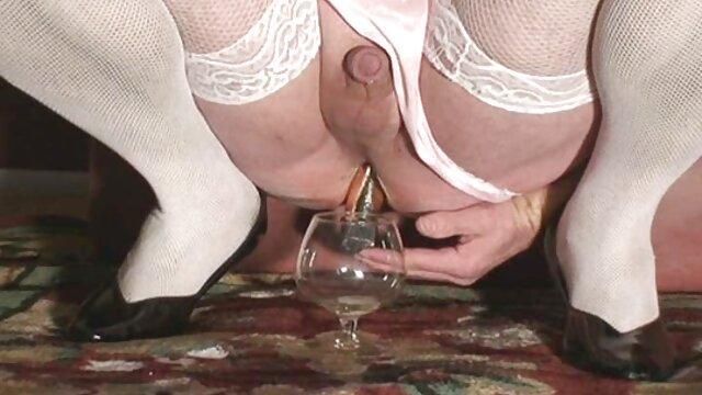 Ragazza con ciglia allargate succhia pormo nonne nel club maschile
