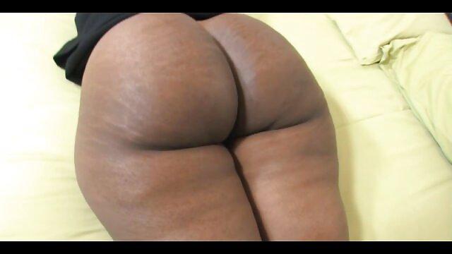 Avery cammina per video porno di vecchie la città con un plug anale